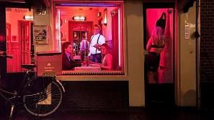 Egy étterem ablaka Amsterdamban. Nincs rejtegetnivalójuk!